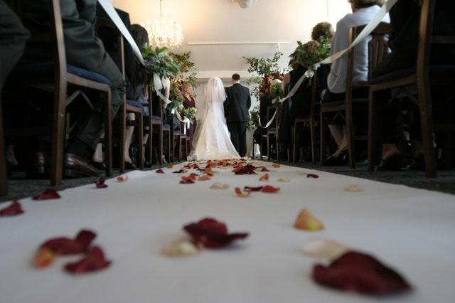 Muž a žena kráčajúci k oltáru