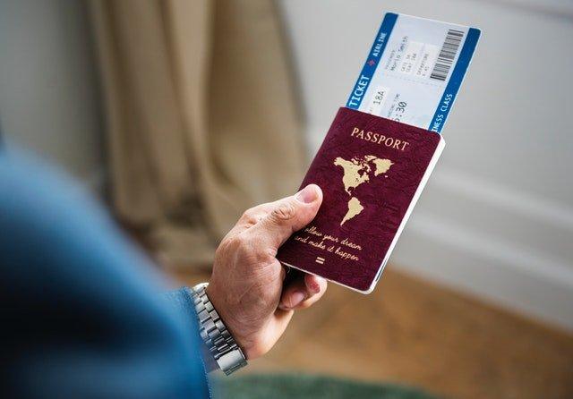 Muž drží v ruke pas.jpg