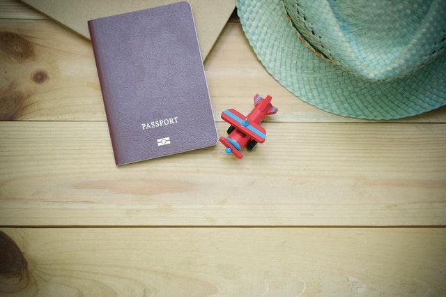 Pas, hračkárske lietadlo a klobúk položené na drevenom stole.jpg