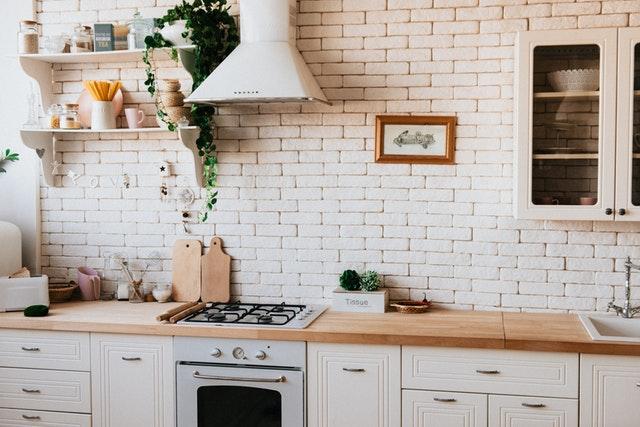 Kuchynská linka, za ktorou je tehlová biela stena.jpg