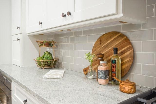 Biela kuchynská linka so soľou olejom a dreveným okrúhlym lopárom.jpg