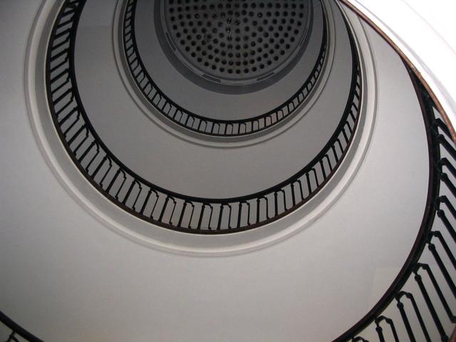 Pohľad zdola na vysoké točité schodisko.jpg