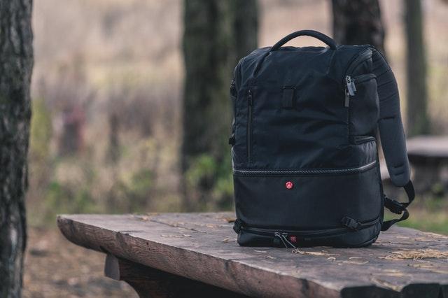 Čierna taška na lavičke, príroda