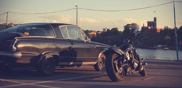 čierna motorka