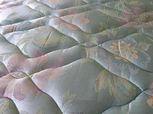 Detail na starý matrac s kvetinovou potlačou.jpg